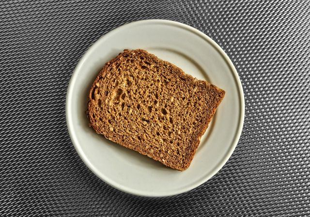 Brotscheiben kannst du in der Mikrowelle auftauen.