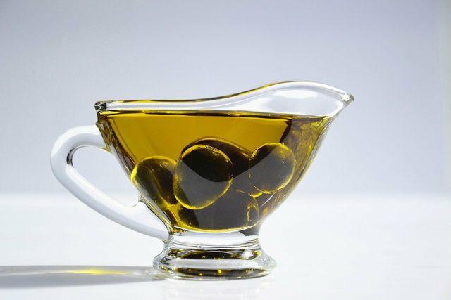 Pflanzliches Squalan wird zum Großteil aus Olivenöl gewonnen.