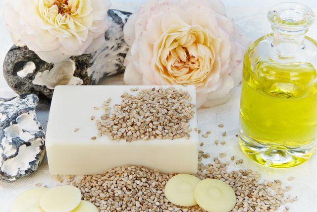 Sesamöl entfaltet seine Wirkung nicht nur im Essen, sondern auch in Kosmetikprodukten.