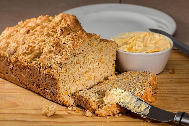 Maismehl kannst du anteilig verwenden, um Maisbrot zu backen.