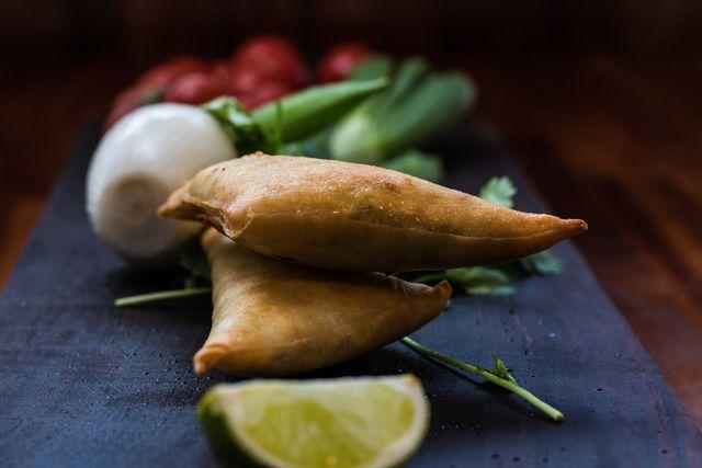 Auch um Samosas zu kochen brauchst du keine veganen Ersatzprodukte.