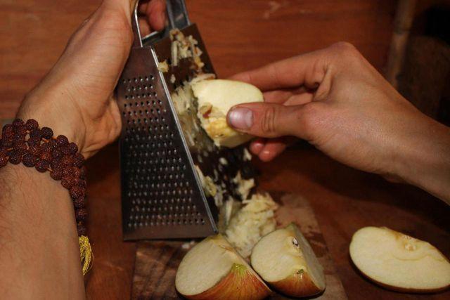 Reibe einfach einen Apfel samt Schale und lasse diese gegebenenfalls noch ein paar Minuten liegen, bevor du ihn isst.