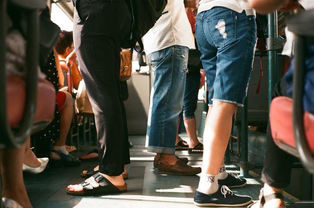 Wenn du nicht zu Fuß gehen oder Rad fahren kannst, nutze öffentliche Verkehrsmittel.
