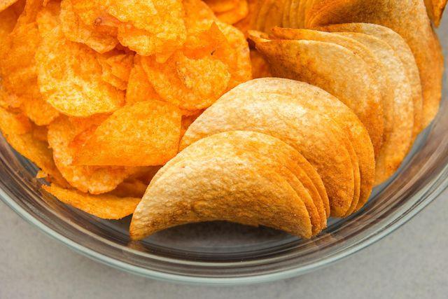 Knabberein wie Kartoffelchips haben häufig viel zu viel Salz.