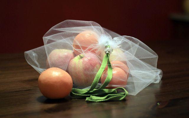 Obst- und Gemüsebeutel selber nähen: der fertige Beutel mit Kordelzug und Obst