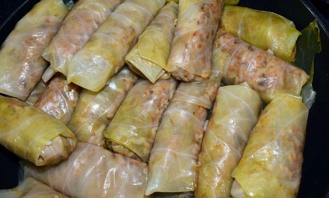 Fleischlose Kohlrouladen kannst du zum Beispiel mit Reis und Gemüse füllen.