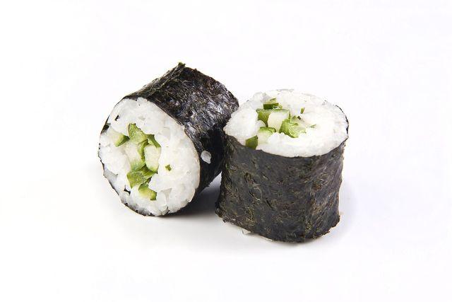Sushi geht auch ohne Surimi - zum Beispiel mit Gurken.