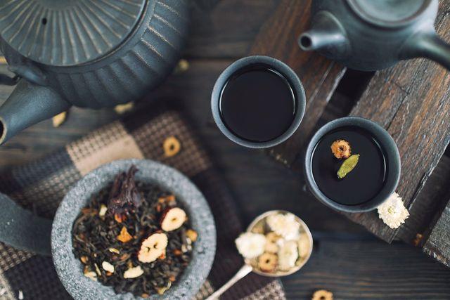 Beginne den Tag mit einem frisch aufgebrühten Tee und lächle.