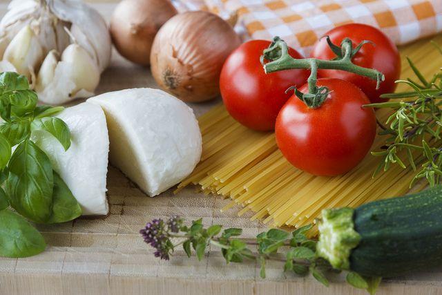 Für ein herzhaftes Arme-Ritter-Rezept kannst du zum Beispiel Tomaten und Mozzarella verwenden.