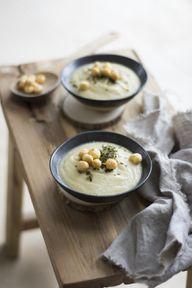 Garniere die Blumenkohlsuppe zum Beispiel mit Brotcroutons.