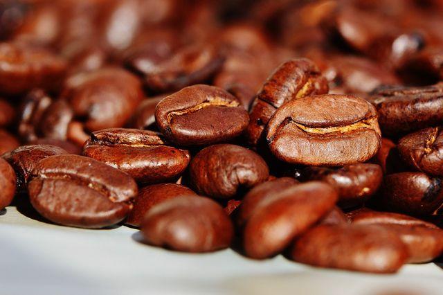 Bei Kaffeebohnen solltest du auf Qualität und faire Anbaubedingungen achten.