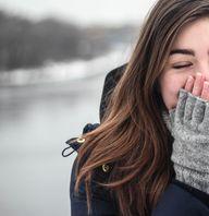 Im Winter kann es bei Nässe draußen oft zu Frizz-Haaren kommen