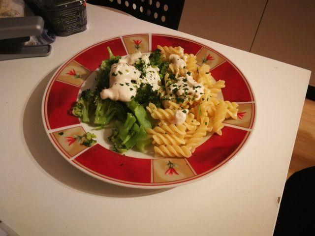 Vegane Käsesoße passt super zu frischem Gemüse.