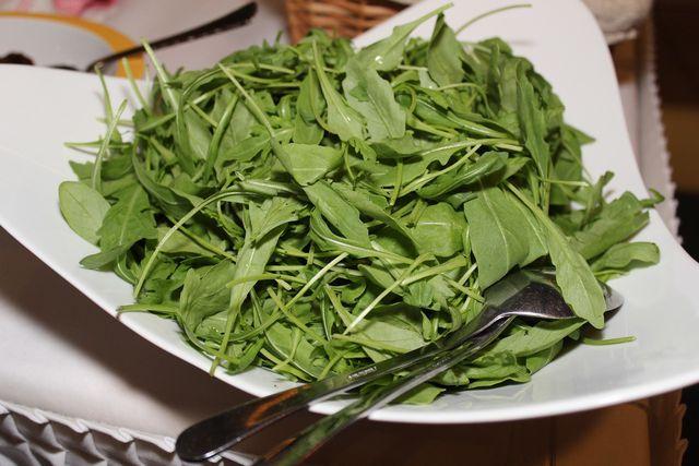 Rhabarberdressing passt gut zu eher bitteren Salatsorten wie Rucola.