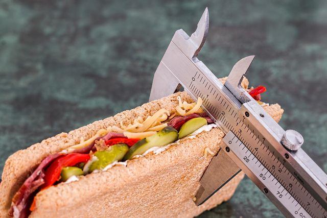 Während einer Diät werden die Kalorien oft drastisch reduziert.