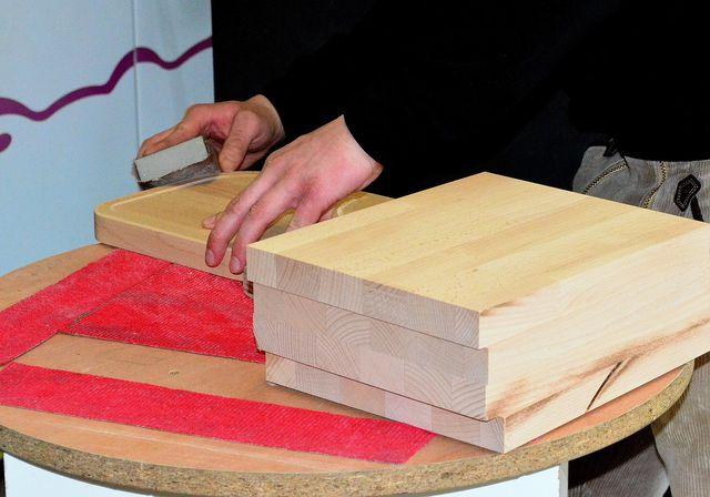 Zu Vorbereitung solltest du das Holz anschleifen. Später kannst du das Ergebnis mit Zwischenschliffen verbessern.