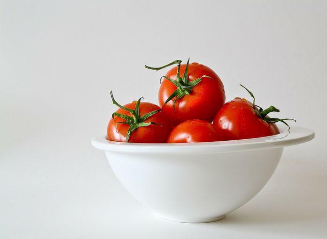 Auch eine Schüssel eignet sich, um Tomaten darin nachreifen zu lassen.