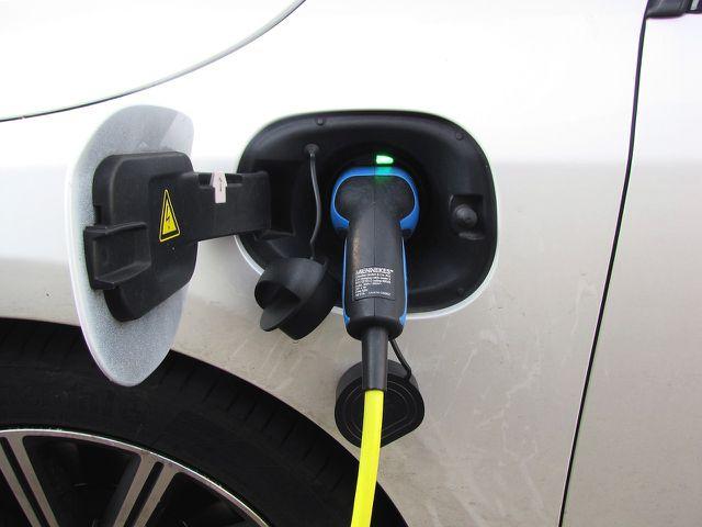 Die Lithium-Nachfrage steigt massiv durch E-Autos.