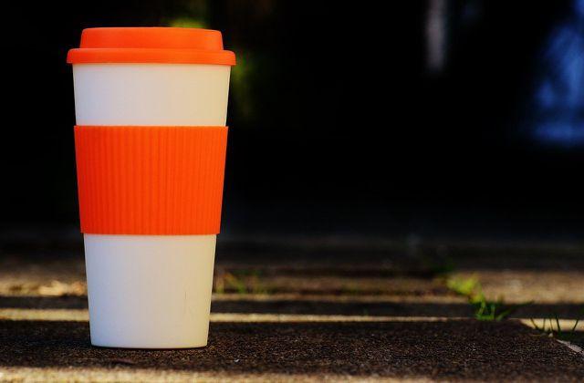 Kaffee, Milch und andere Flecken lassen sich mit Essigessenz und Wasser gut lösen.