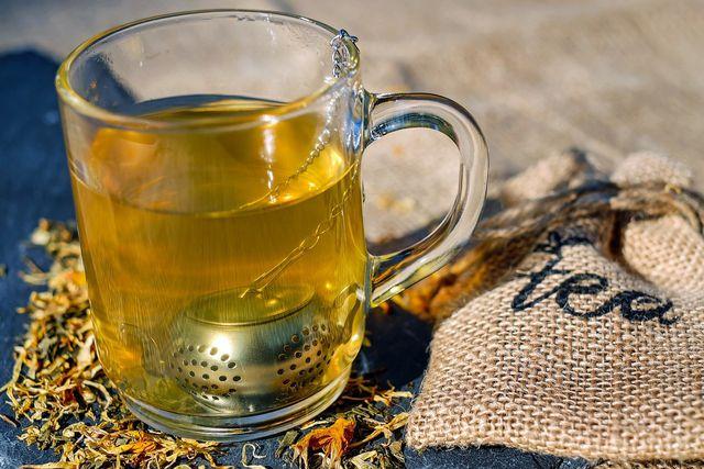 Gesunder Tee - mit Brennnessel-Blättern.