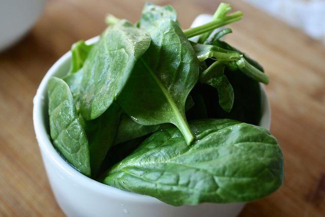 Spinat enthält viel Folsäure. Sie ist in der Schwangerschaft besonders wichtig.