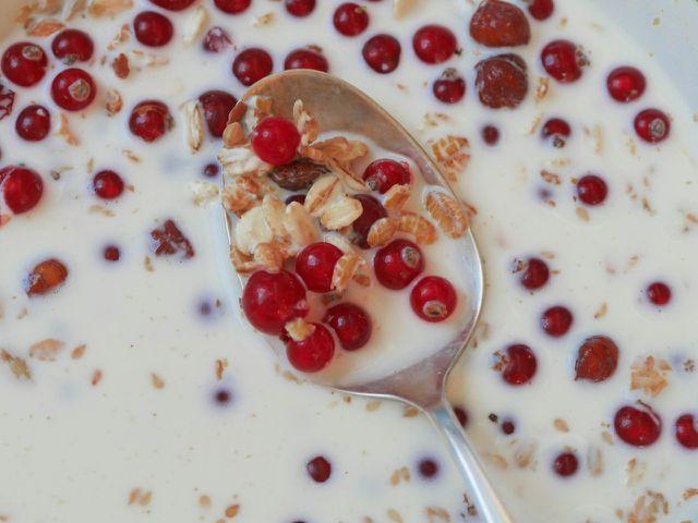 Aufgetaute Johannisbeeren schmecken zum Beispiel lecher in Müsli.