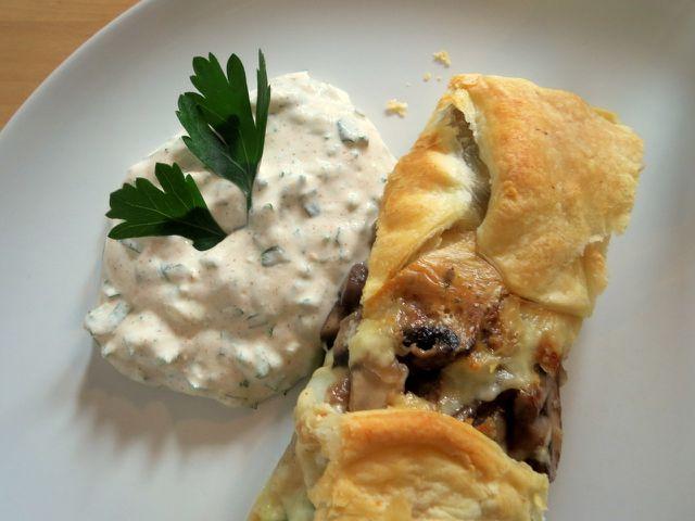 Zum Gemüsestrudel mit Spitzkohl und Pilzen passt ein erfrischender Joghurt-Dip.