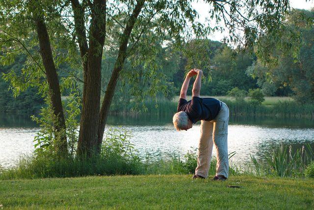 Yoga vermindert Stress, der Hitzewallungen auslösen kann.