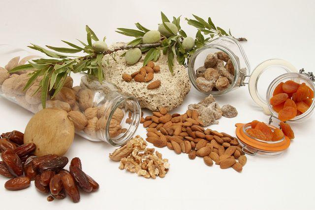 Datteln, Nüsse und Trockenfrüchte bringen allesamt Energie in deine Energieriegel.