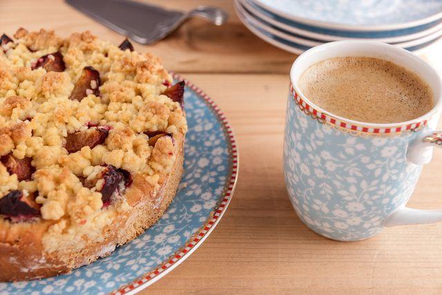 Mit Früchten schmeckt der Kuchen besonders lecker und saftig.