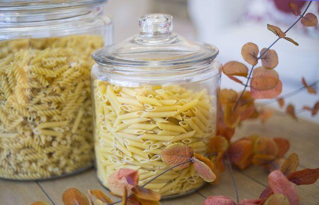Den Rhababarber-Spinat kannst du mit deiner Lieblingspasta zubereiten.