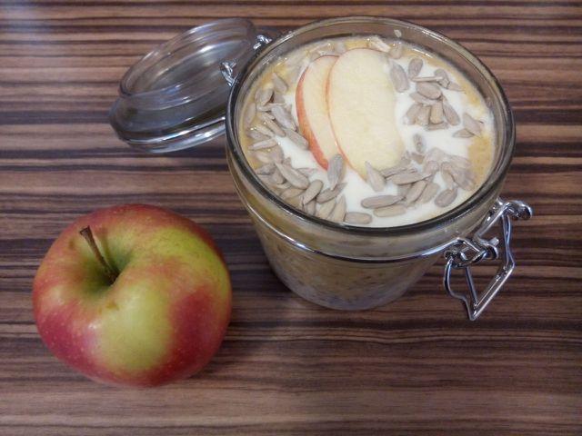 Füllst du die Overnight Oats in ein verschließbares Gefäß, kannst du sie auch mitnehmen und hast unterwegs ein leckeres Frühstück!