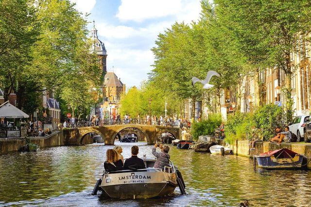 Amsterdam auf dem Wasser erkunden ist für viele Besucher ein Highlight.