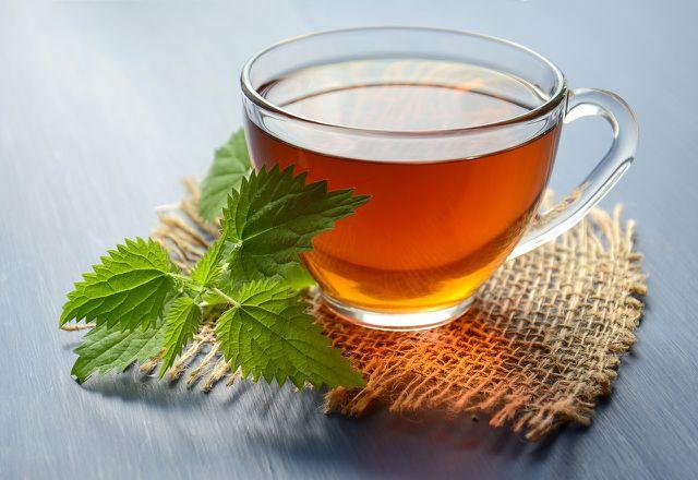 Aus Kräutern und Gewürzen können Tees zubereitet werden, die die Geburt einleiten sollen. Diese Wirkung ist jedoch wissenschaftlich nicht belegt.