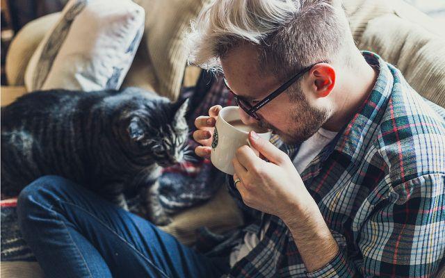 """Gemütlich eine Tasse Kaffee auf der Couch trinken - auf einem nachhaltigen Sofa hast du dabei länger Freude als auf einem """"Fast Furniture""""."""