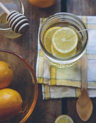 Dir fällt es schwer, mindestens 1,5 Liter pro Tag zu trinken? Ein paar Tropfen Zitronenöl im Wasser geben neuen Geschmack.