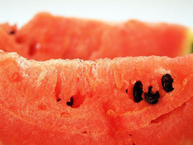 Auch die Samen von Wassermelone solltest du mitessen - sie sind sehr gesund.
