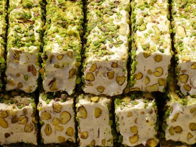 Halva ist eine arabische Spezialität aus Ölsamen, Zucker und Pistazien.