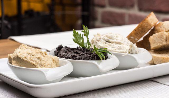 Geeignete Dips für einen Wrap sind zum Beispiel Hummus, Olivenpaste oder ein Joghurt-Dip.