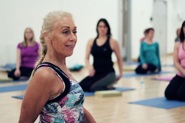 In einer typischen Iyengar-Yoga-Stunde kommen alle Arten von Yoga-Posen vor, hier eine Drehhaltung.