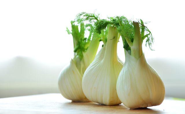 Fenchel ist in Deutschland im Herbst erhältlich und gilt als wirksames Heilmittel bei Verdauungsproblemen.