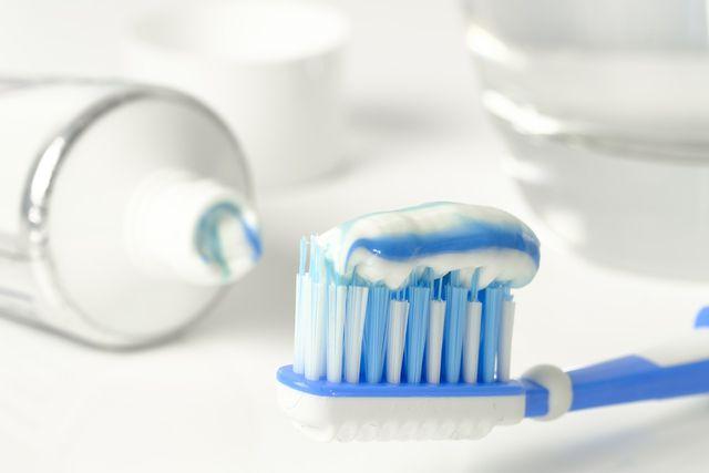 Regelmäßiges Zähneputzen beugt Zahnfleischbluten vor.