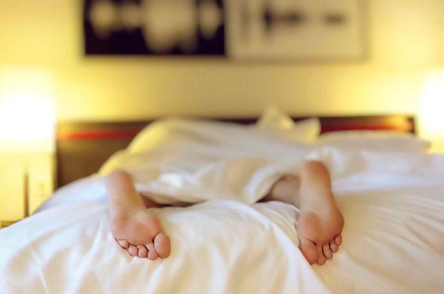 Ein Krampf im Fuß tritt meist ganz plötzlich in der Nacht auf.