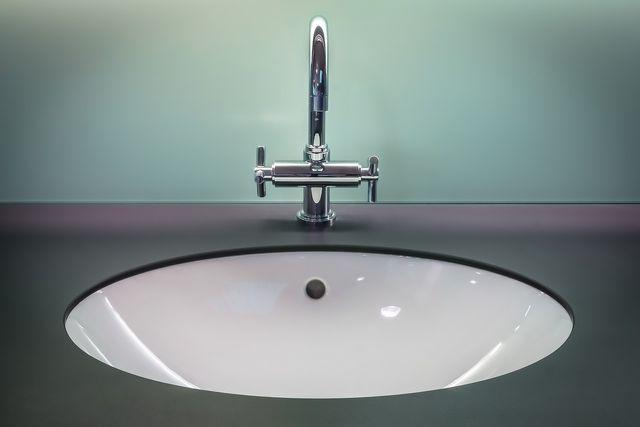 Mit einer Essig-Öl-Mischung entfernst du Flugrost von Badezimmer-Armaturen.