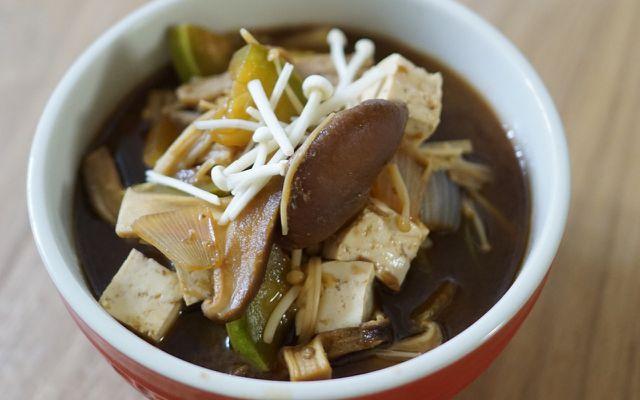 Tofuwürfel und Pilze sind tolle Einlagen für Misosuppen.