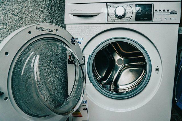 Um Teeflecken zu entfernen, kannst du Kleidung vor dem Waschen mit Gallseife behandeln.