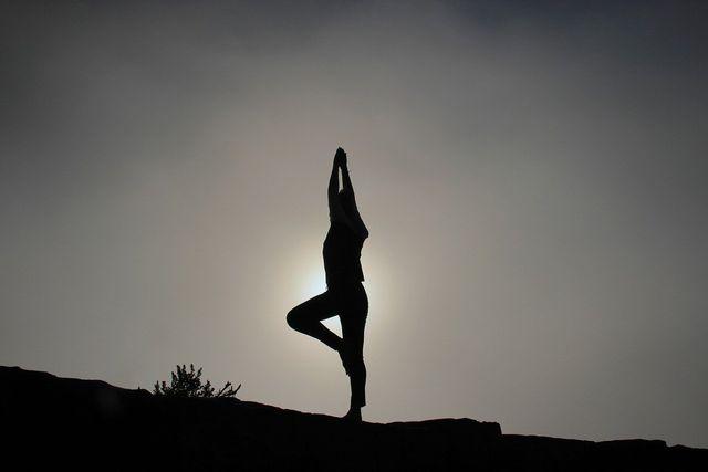 Kundalini Yoga beinhaltet nicht nur Assanas, sondern auch Mantras sowie Atem- und Meditationsübungen.