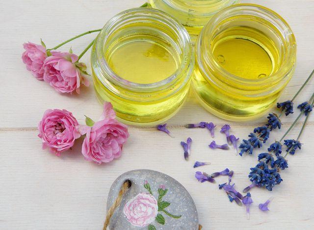 Mit ätherischen Ölen unterstützt du die Massage.