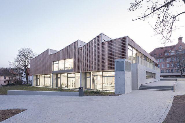 Dieses Schulgebäude in Aalen erzeugt seinen Strom mittels Erdwärme und Fotovoltaik selbst.