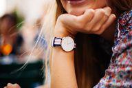 Armbanduhren, Schmuck und Münzen können eine Nickelallergie auslösen.
